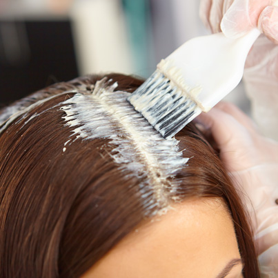 Sistema de coloración en raíz, que destaca por tu alta cobertura en todo tipo de cabellos. Incluye lavado y peinado.