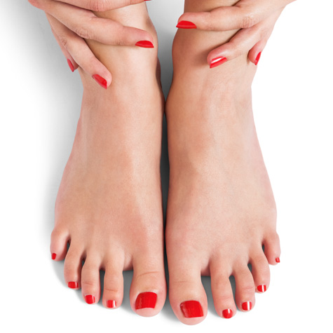Incluye limado y pulido de uñas, retirada de cutícula, hidratación de la cutícula, limado de durezas, hidratación de pies y manos, y esmaltado normal en pies y esmaltado permanente en manos. No incluye exfoliación ni retirada de esmaltado permanente.