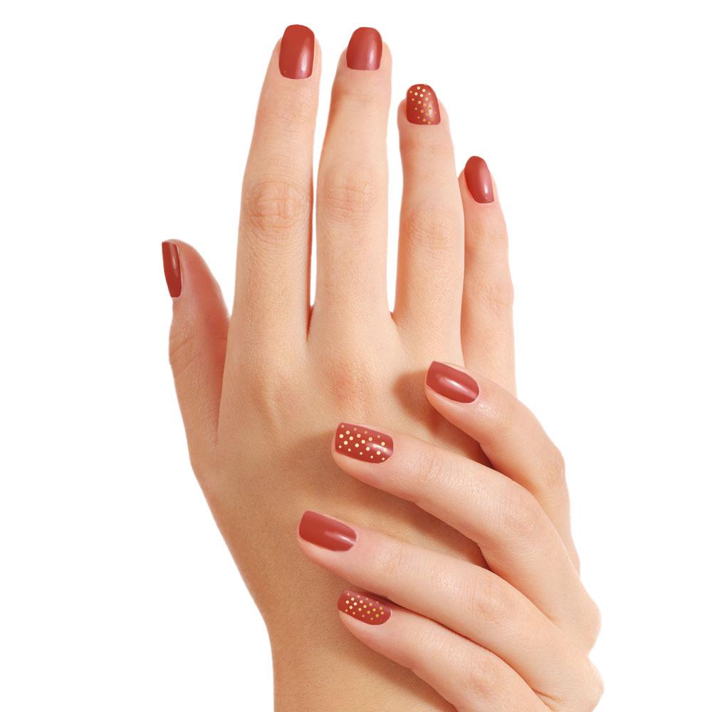 Incluye limado y pulido de uñas, retirada e hidratación de cutícula, esmaltado permanente y NailArt sencillo. Para NailArt se puede elegir entre: puntitos, líneas, cintas adhesivas o decoración con foil