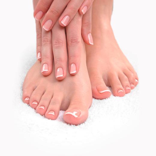 Incluye limado y pulido de uñas, retirada e hidratación de la cutícula, limado de durezas, esmaltado permanente, hidratación y exfoliación de pies y manos, y masaje exprés (10min)