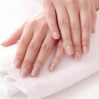 Incluye retirada de esmaltado permanente, limado y pulido de uñas, retirada de cutícula, hidratación de cutícula, hidratación de la piel hasta muñeca y esmaltado permanente