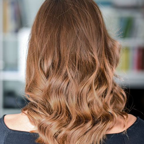Incluye coloración a elegir entre medias mechas, color en raíz o color completo, lavar, cortar y peinar con secador