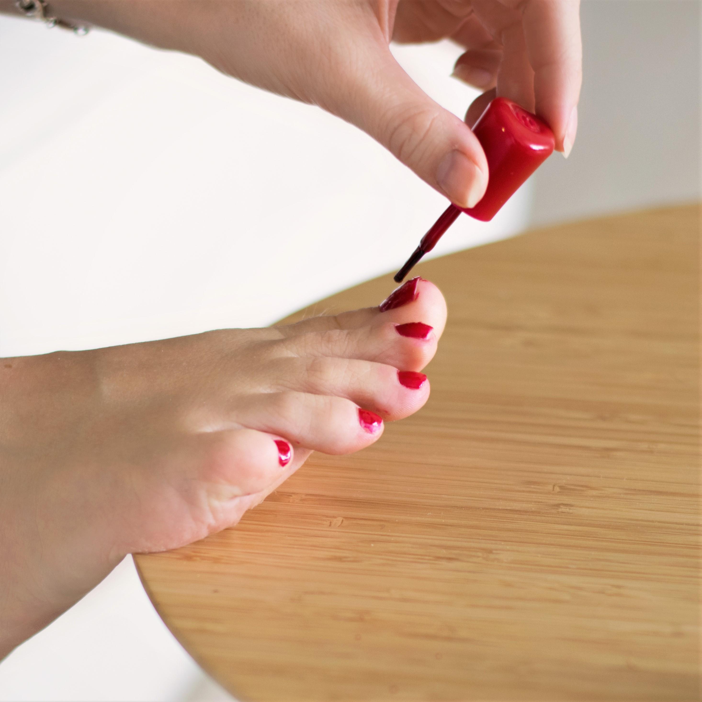 Incluye retirada de esmaltado permanente, limado y pulido de uñas, retirada de cutícula, hidratación de cutícula, limado de durezas, hidratación de la piel hasta el tobillo y esmaltado permanente