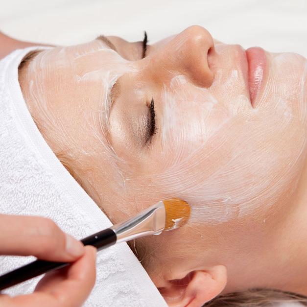 Incluye tratamiento facial energizante que reactiva la piel gracias al aporte de energía a nivel celular, aportando un efecto nutritivo y una mayor elasticidad para la piel. Especialmente pensado para pieles muy secas o maduras con falta de elasticidad.