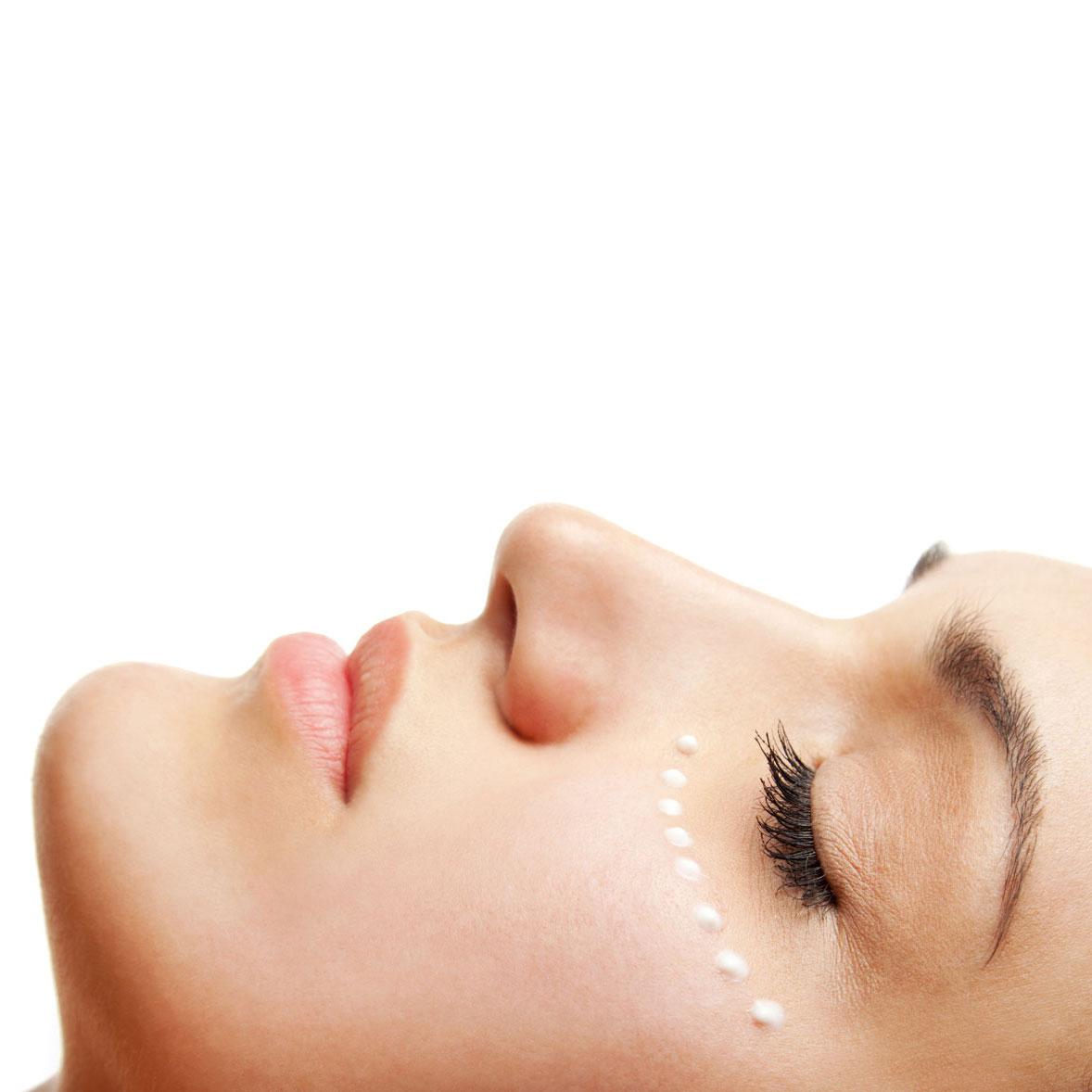 Incluye tratamiento facial reafirmante de la piel, incluso en pieles sensibles, que actúa rápidamente gracias a su sistema de hidrogel. Acción regeneradora y calmante. Da sensación de efecto botox sin inyecciones. La  mejor alternativa cosmética a los métodos más invasivos.