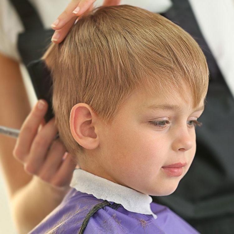 Corte y peinado de niño.