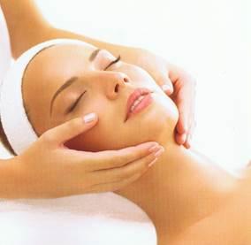 Ritual facial que elimina las impurezas, alivia las irritaciones e inflamaciones cutáneas y calma pieles secas y sensibles con esencias aromáticas que activan cuerpo y mente a través del sistema olfativo con aceites esenciales.