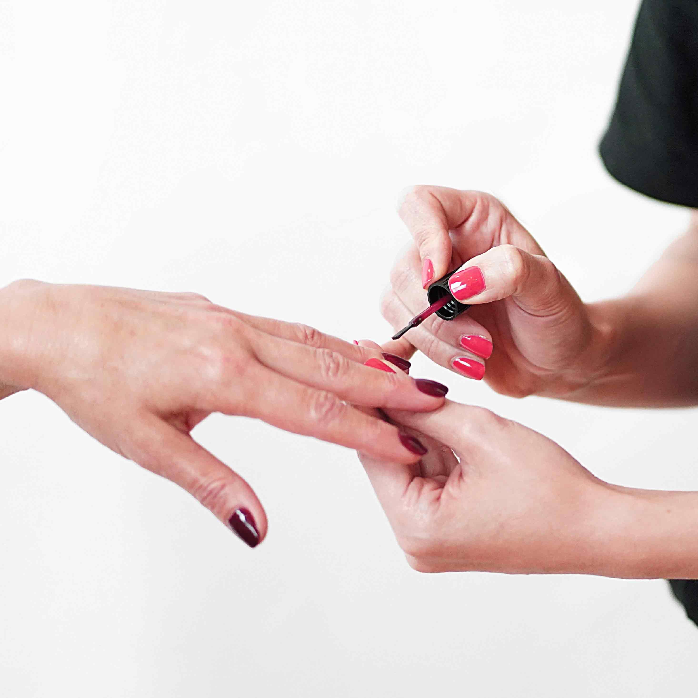 Incluye retirada de esmaltado permanente, limado y pulido de uñas, retirada de cutícula, hidratación de la cutícula, limado de durezas, hidratación de pies y manos, y esmaltado permanente