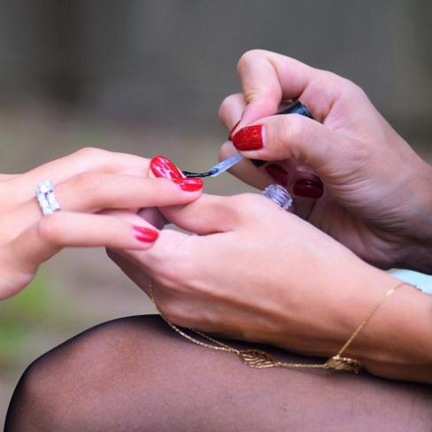 Incluye retirada de esmaltado permanente, limado y pulido de uñas, retirada de cutícula, hidratación de cutícula, hidratación de la piel hasta...