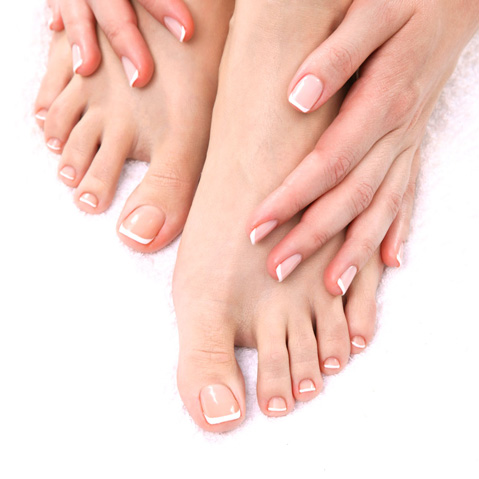 Incluye limado y pulido de uñas, retirada de cutícula, hidratación de la cutícula, limado de durezas, hidratación de pies y manos,  esmaltado básico, masaje exprés (10') y exfoliación de pies y manos