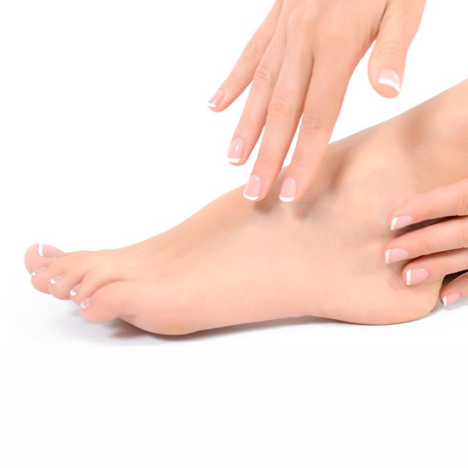 Incluye limado y pulido de uñas, retirada de cutícula, hidratación de la cutícula, limado de durezas, hidratación de pies y manos, y esmaltado normal