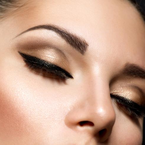 Maquillaje profesional realizado con primeras marcas. Incluye preparación de la piel, para obtener un resultado duradero y bonito.