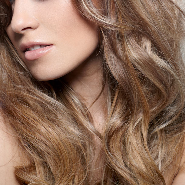 Muy indicado para un pelo con el color apagado y con poca luz. El matizado devuelve al pelo su color radiante. Incluye lavado, matiz y peinado.