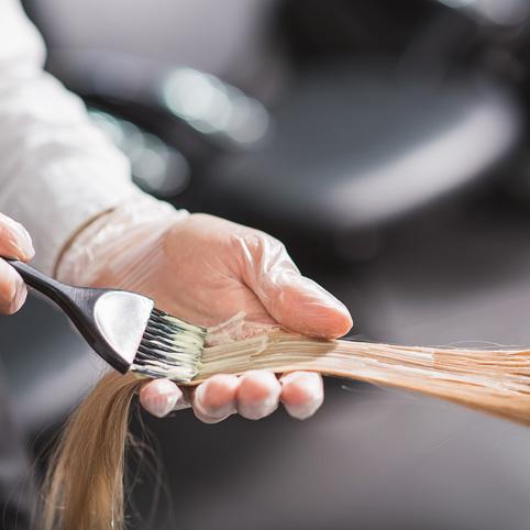Destaca tu color natural haciéndolo más atractivo con unas mechas de efectos naturales. Incluye lavado y peinado.