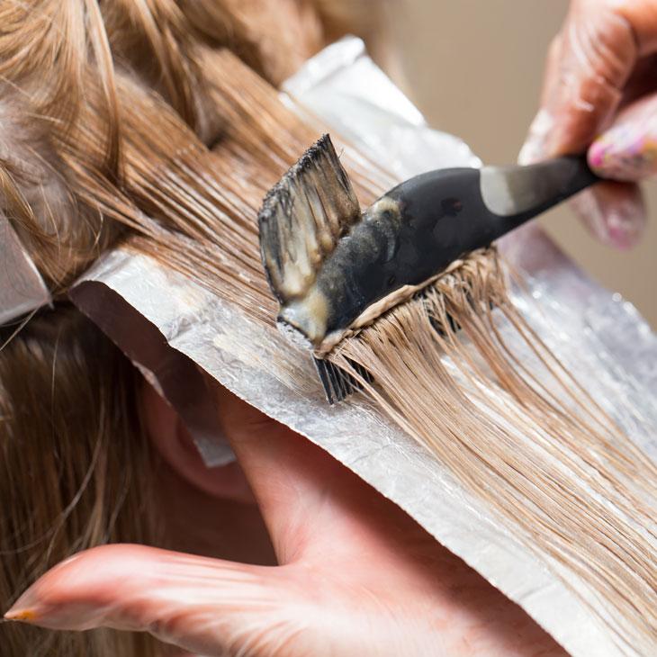 Retoque de mechas en raíz y parte frontal del pelo, aportando luz y enmarcando nuestro rostro. Incluye lavado y peinado.