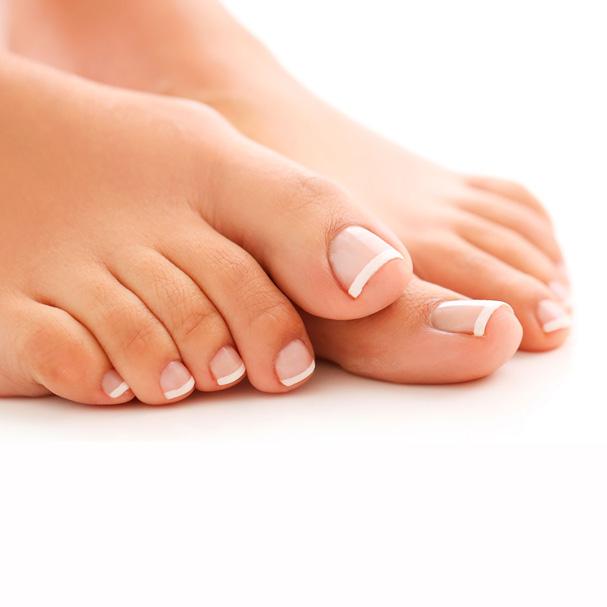 Incluye limado y pulido de uñas, retirada de cutícula, hidratación de cutícula, limado de durezas, hidratación de la piel hasta el tobillo y esmaltado normal
