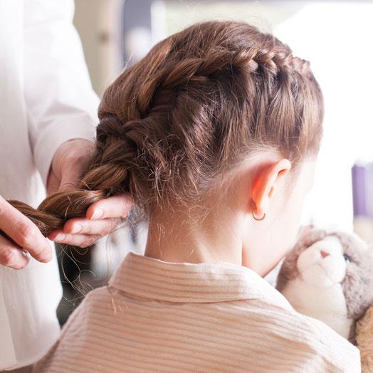 Incluye peinado sencillo como coleta sencilla, liso o trenza lateral. <br> No incluye recogido, semirecogido, recogido de trenzas, u ondas.