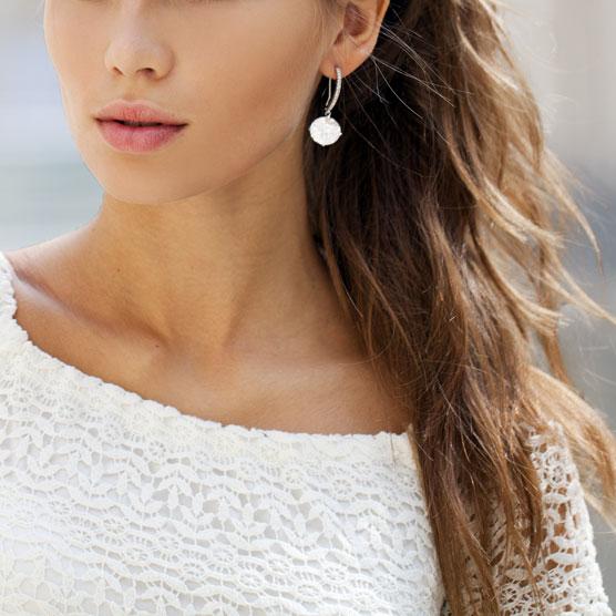Incluye peinado de eventos, recogido o semi-recogido y maquillaje profesional especial para fiesta, eventos o bodas.