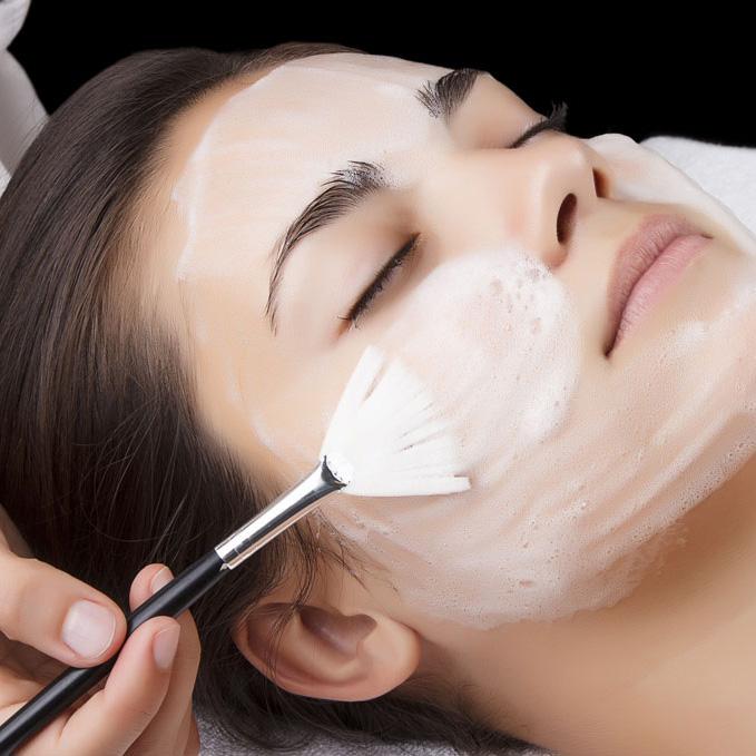 Incluye diágnostico de la piel, limpieza y retirada de maquillaje, tónico, peeling, concentrado hialurónico intensivo con activadores celulares, mascarilla facial y ampolla de hidratación profunda